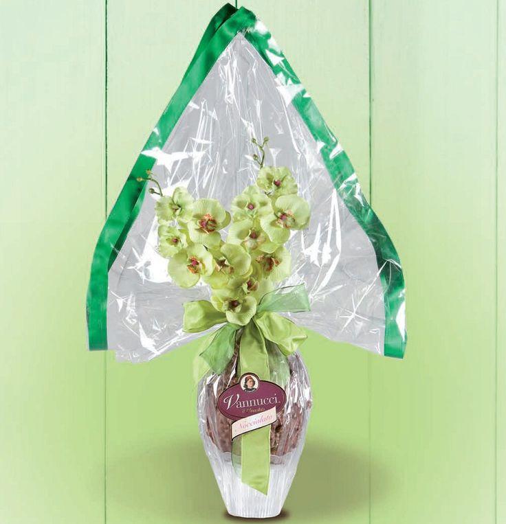 """Πασχαλινό αβγό """"Gourmet"""" του ιταλικού οίκου Vannucci από εκλεκτή σκούρα σοκολάτα και σοκολάτα γάλακτος και γλυκοψημένα και καραμελωμένα φουντούκια! Περιέχει και κομψό δωράκι έκπληξη! Βάρος: 650γρ., Ύψος: 70εκ. Αποκλειστικά από την be sweet"""