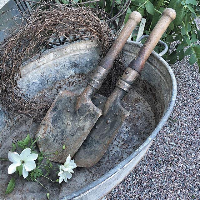 Jag måste bara visa dessa vintage spadar som kommer från min vän @c.i.a_cederbergs_interiors visst är de fina?! Hos mig kommer de att användas flitigt i trädgårdsarbetet  #ciainteriors#vintage#trädgård#trädgårdsarbete