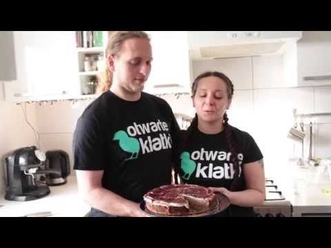 W ramach współpracy stowarzyszenia Otwarte Klatki i wegańskiej cukierni Zielony Talerz powstał najpyszniejszy tofurnik na świecie. I co ważne - jest naprawdę łatwy do zrobienia! Magda i Piotrek zaraz to udowodnią.