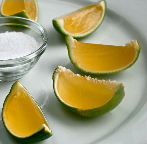 ライムの皮を器代わりに♪ テキーラを使った「マルガリータ」のオシャレゼリー 【材料】(24コ分) ライム…… 6〜8コ ライムジュース…… 大さじ6 水…… 大さじ2 砂糖…… 50g 粉ゼラチン…… 小さじ2 テキーラ…… 大さじ6 グランマルニエまたはコアントロー…… 大さじ2 ※仕上げに、海塩または砂糖