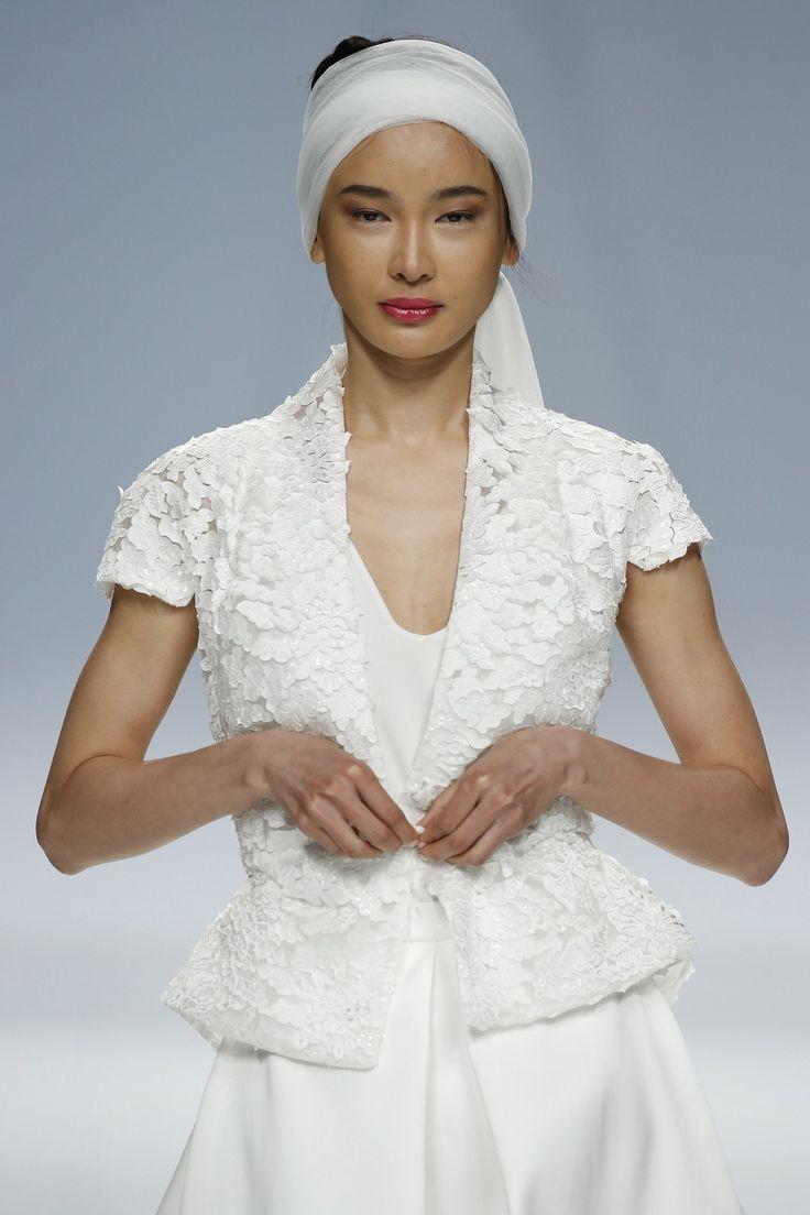 Detalle cinta y estampado de flores. Vestido de novia dos piezas diseño de Cymbeline.