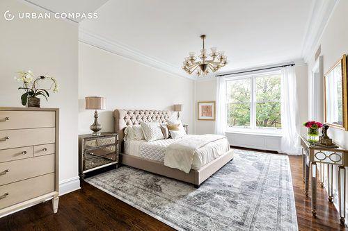 #excll #дизайнинтерьера #решения Благодаря белым стенам и огромным окнам интерьер получился очень просторным и светлым, а ведь окна выходят на центральный пакр Нью Йорка…