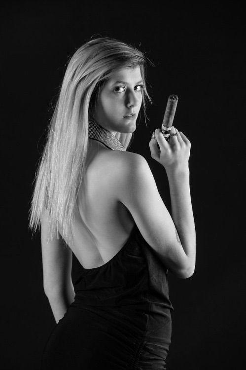 Milf rauchende Zigarre