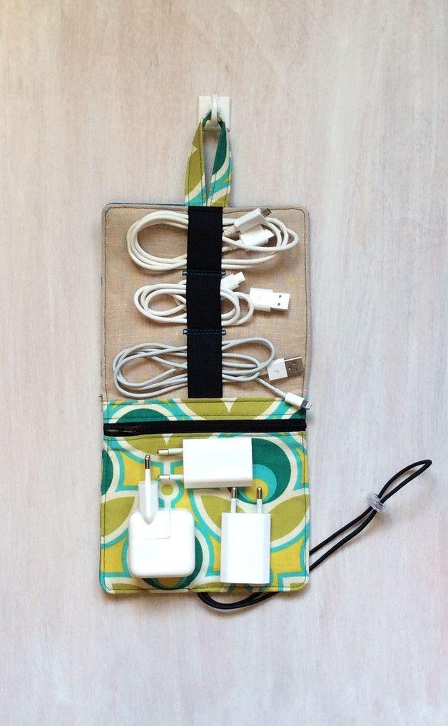 Endlich kein Kabelsalat mehr in der Tasche.   Eine praktische Tasche für alle, die Ordnung ins Kabelchaos bringen wollen. Das Gummiband ist  flexibel und kann gut **3 kurze** Kabeln enthalten und...