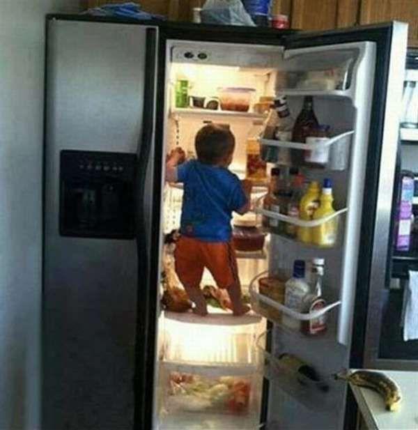 Hongerig kind in de koelkast