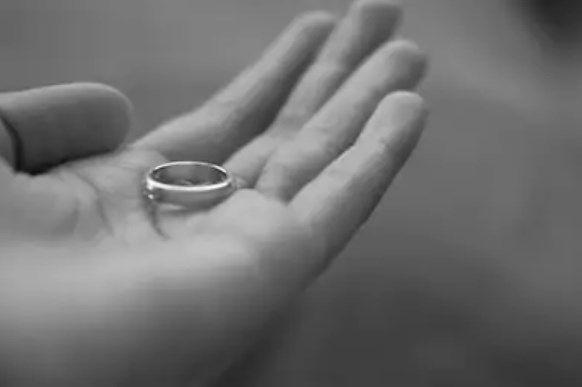 تفسير حلم إعطاء خاتم لشخص لابن سيرين وابن شاهين موقع مصري Silver Rings Silver Jewelry