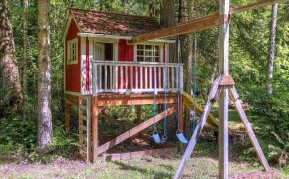 Este imóvel, localizado em Washington, tem uma casa suspensa ao ar livre no quintal com rede, escorregador, balanços e espaço para fazer fogueira. Região fica a noroeste do Pacífico e isso, muitas vezes, significar que as pessoas têm um retiro na floresta. Está à venda por $ 465 mil (algo em torno de R$ 1 milhão)