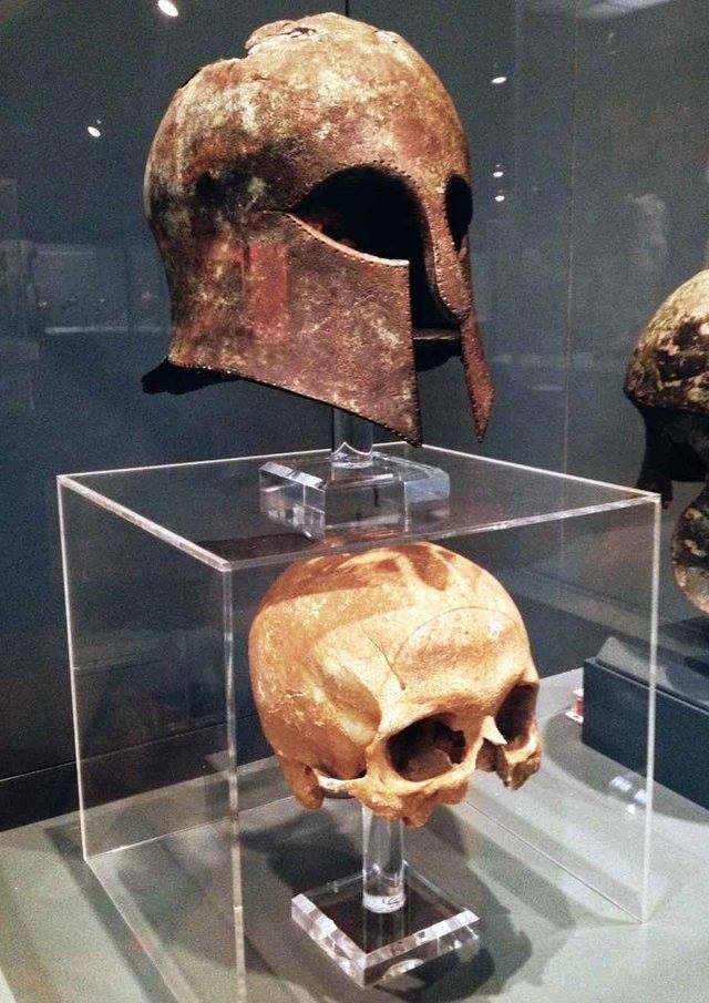 dfc56e12dd25 Casco corintio de la batalla de Maratón (490 aC) encontrado con el cráneo  del