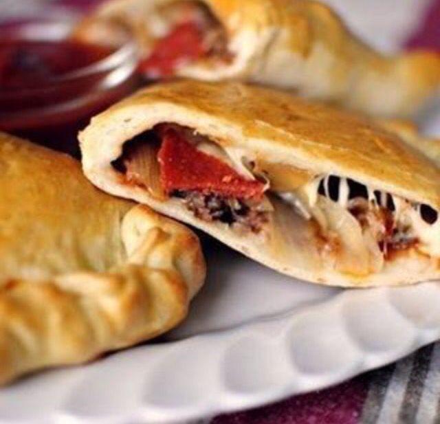 Закрытая пицца  Ингредиенты: Мука — 2,5 стакана Вода — 1 стакан Сухие дрожжи — 1 пакетик Мед — 1/2 ч. л. Соль — 1/2 ч. л. Масло оливковое — 1/2 ч. л. Колбаса итальянская — 250 г Колбаса сэндвич-пепперони — 8 ломтиков Лук репчатый — 1 шт. Моцарелла — 150 г Твердый сыр — 150 г Яйца куриные — 1 шт. Черный перец — по вкусу Томатный соус — 200 г Итальянская приправа — 1/2 ч. л. Сушеный базилик — 1/4 ч. л. Чесночный порошок — 1/4 ч. л. Красный перец — щепотка  Приготовление: 1. В миску положить…