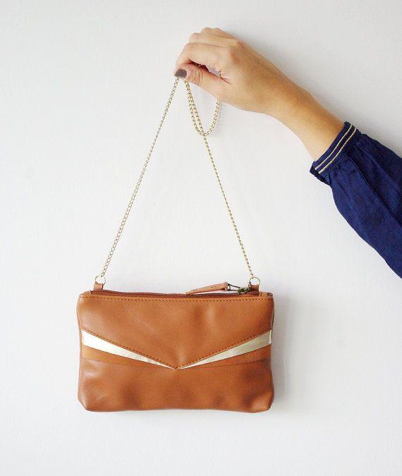 Petit sac pochette en cuir marron clair camel et or chaîne par Lindiscrete