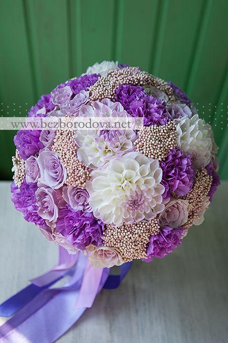 Осенний букет невесты с белыми георгинами, сиреневыми розами и гвоздикой