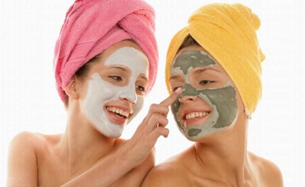 Maskeler, cildi güçlendiren klasik güzelleştiricilerdir. Kozmetik ürünlerin pahalı olması ve alerjiye yol açması sebebiyle, son yıllarda doğal cilt maskelerine olan talep artmıştır. Canlı ve sağlıklı olmak için maskenizi evde kendinizde hazırlayabilirsiniz. Normal ve Kuru Cilt İçin Elma Maskesi Kabuğu soyulan bir elma ince ince rendelenir ve 1 yemek kaşığı dolusu krema ile iyice karıştırılır. Yüze, boyuna ve dekolte bölgesine uygulanır. 1 dakika beklendikten sonra ılık suyla yıkanır.
