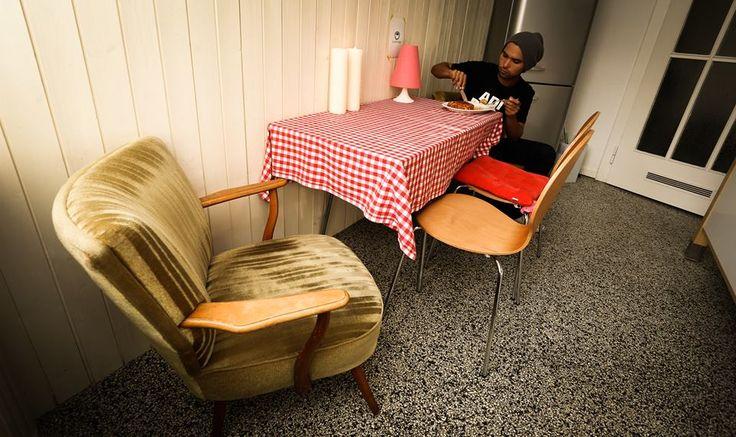 """Beiger Sessel, rot-weiß karierte Decke auf dem Tisch: Das ist die Küche von Popstar Cyril Krueger. """"Ich liebe das hier, alles passt nicht zusammen und deswegen irgendwie doch"""", sagt er. Foto: Ina Richter. Die ganze Geschichte auf http://ghochzwei.wordpress.com"""
