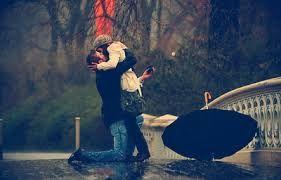 Resultado de imagen para parejas abrazadas y con un paraguas bajo la lluvia