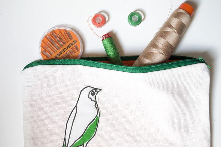 Pochette bianca con uccellino e cerniera verde