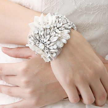 目を引くポイントとして手首にこういったアイテムを着用するのはとてもお洒落ですね!他にはイヤリングやヘッドドレスにボリュームなものをあわせるなど、全体のバランスを考えた スタイリングがおすすめです。 シンプルスレンダーなドレスでも、ボリュームのあるシルエットのドレスにでも、これぞブライダルファッション、といったフォトジェニックな花嫁の装いが実現できることでしょう。 #headpiece #ヘッドピース #ブライダルアクセサリー #ブライダルアクセ #結婚式 #小物合わせ #wedding #プレ花嫁 #ウェディングアクセサリー #ジュリーブライダル #髪飾り #ヘアアクセサリー #ボンネ #ティアラ #ブレスレット #ピアス #披露宴 #お色直し #結婚式二次会 #レンタルアクセサリー #ゼクシィ #ヘアメイク #ブライダルヘアメイク #式場 #ゼクシィ #日本中のプレ花嫁とつながりたい #白蝶貝