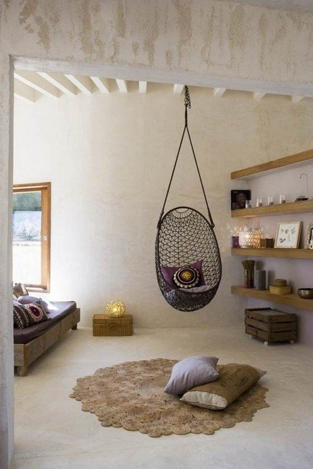 un coussin brodé dans un siège suspendu, et un tapis pour la texture