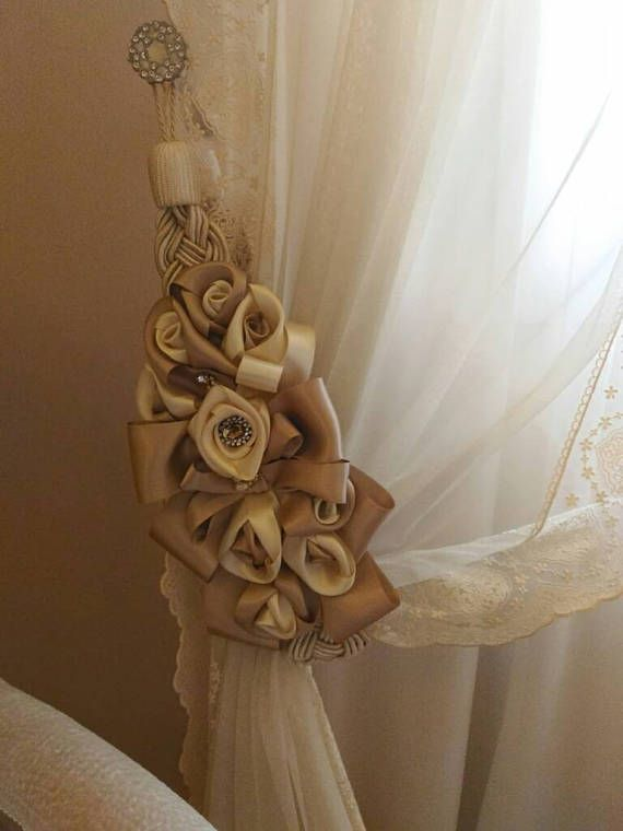 Embrasse curtain holder with ribbons and satin roses nel for Pulizie domestiche salerno