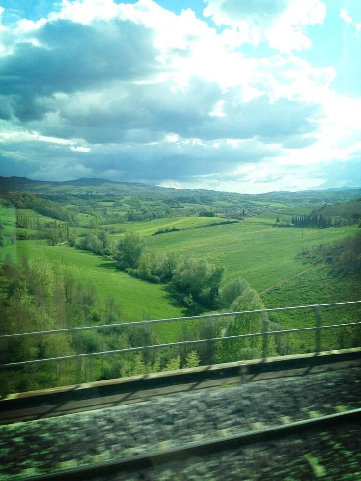 صورة من القطار اليوم في طريقنا من تورينو إلى روما ، سبحان الله .. الطريق كلّه كان أمطار وأنهار وطبيع