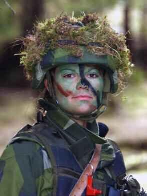 Deze foto stamt uit 2003 toen Victoria na drie weken lang trainen haar camouflage nog steeds hardnekkig artistiek leek op te brengen in het Swedish Armed Forces International Centre © Andreas Karlsson/ Försvarsutbildarna