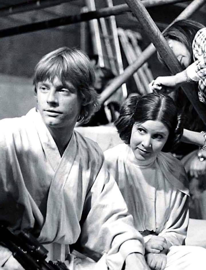 Star Wars Luke Skywalker Mark Hamill Leia Organa Carrie Fisher Behind The Scenes Star Wars Episode Iv Star Wars Episodes Star Wars Trilogy