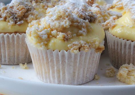 Pudding kruimelvlaai cupcakes! Met dit recept maak je 12 heerlijke cupcakes met pudding en afgetopt met roomboterkruimels. Watertandend lekker!