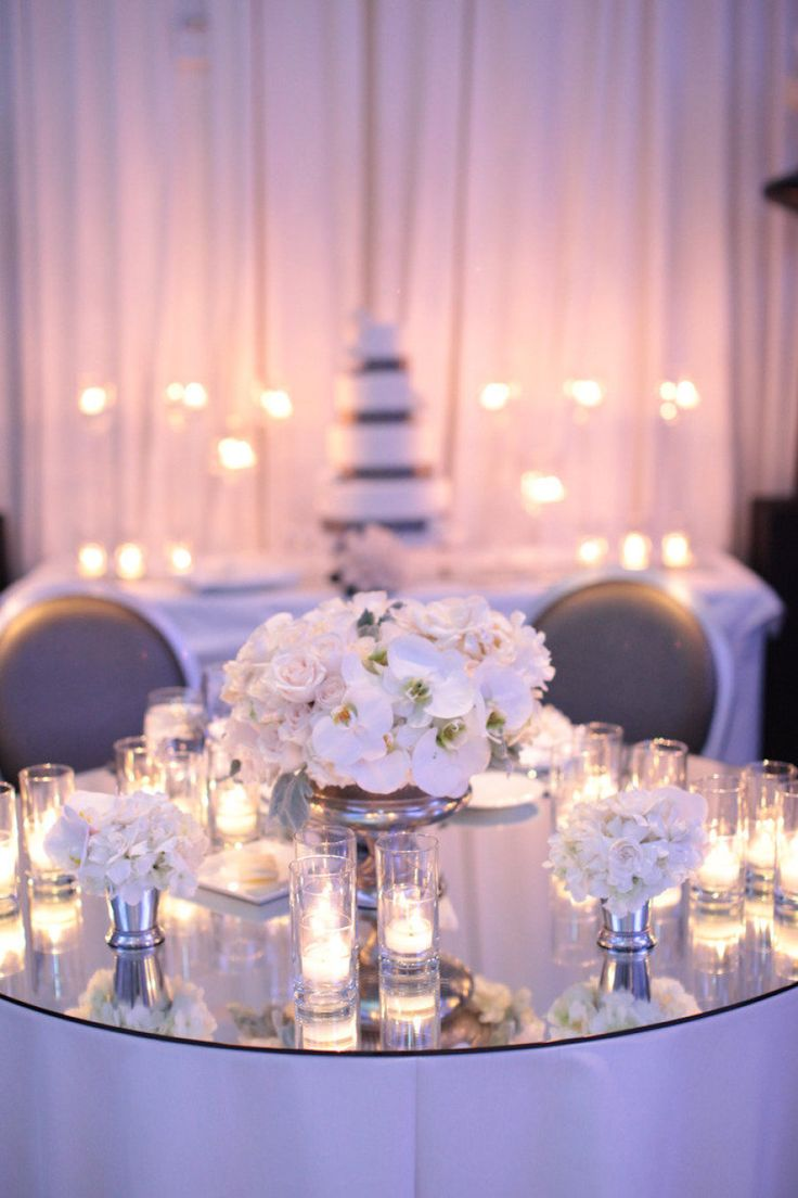 白を基調にシンプルなテーブルコーディネート。冬の結婚式の会場装花 まとめ一覧♡