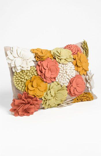linda almofada com aplique de flores de tecido. pretty pillow