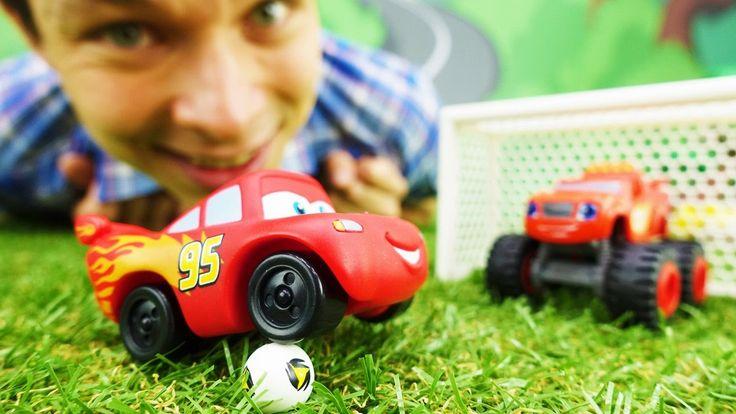 Маквин (мультфильм Тачки) и Вспыш: игрушки! Машинки играют в футбол.