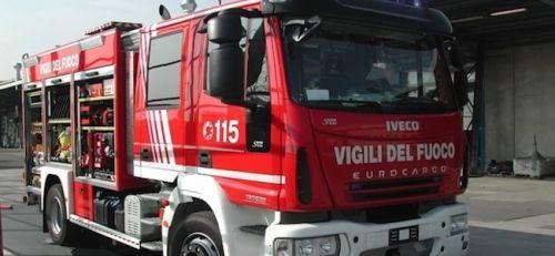 Berchiddeddu: Fuoco da un cassonetto, incendiate due auto