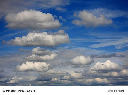 """Was wiegen Wolken? Wiegen Wolken überhaupt etwas?  """"Mama, was wiegen Wolken?"""" – """"Nichts"""", sage ich und schaue in den Himmel mit den Schönwetterwolken. Glaube ich zumindest – sonst würden sie ja herunterfallen."""