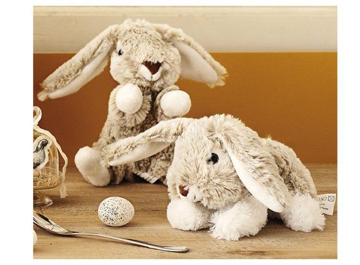 Zijn ze niet schattig, deze pluchen konijnen? Voor iedereen die met Pasen wel een konijn wil, maar eentje die je niet hoeft te voeden of te verschonen!