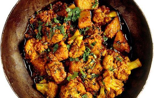 Kevyttä ja maukasta: kukkakaalia ja perunaa intialaisittain.