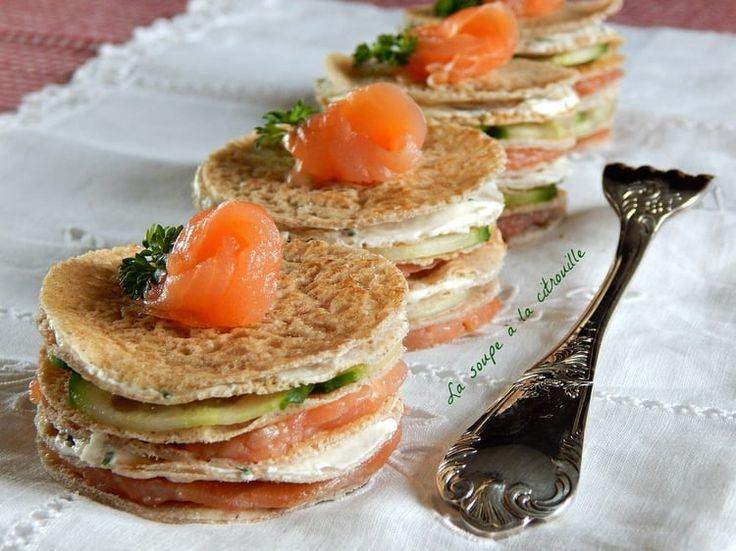 Mini gâteaux de crêpes de sarrasin au saumon fumé