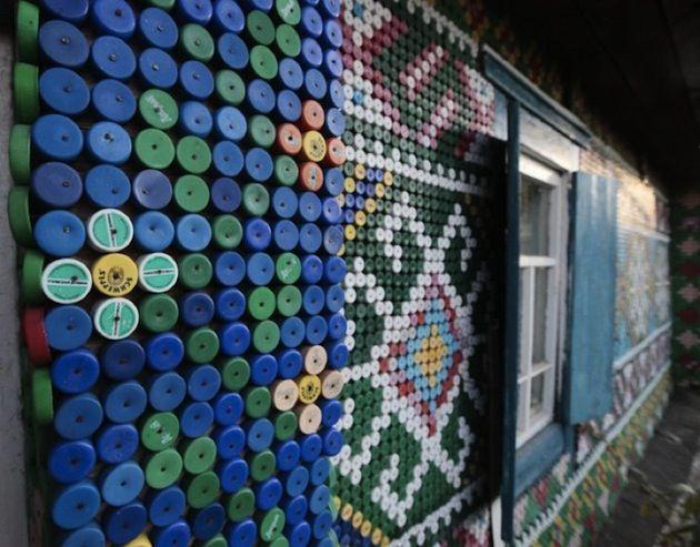 Forme di riciclo creativo:3 case costruite con 6 milioni di bottiglie di vetro, 30.000 tappi e 50.000 lattine di birra
