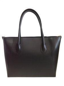 Leren shopper tas  Binnenin is mooi bekleed met duurzaam materiaal, heeft een ritssluiting en twee extra zakken.en is voorzien van een schouderriem. voor de portemonnee en mobiele telefoon.  Maten...