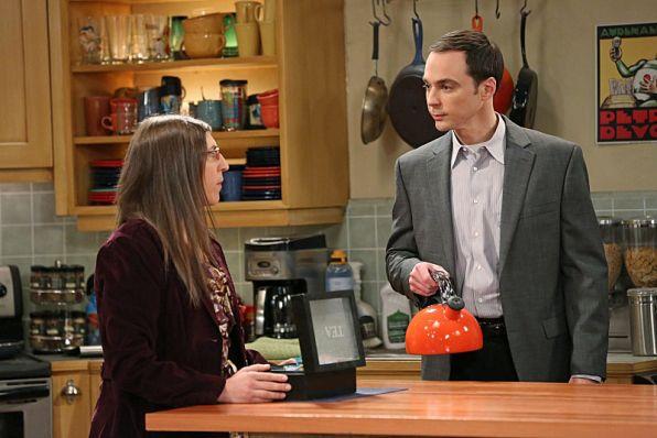 Sheldon Cooper fait un thé à Amy dans The Big Bang Theory - capture d'écran