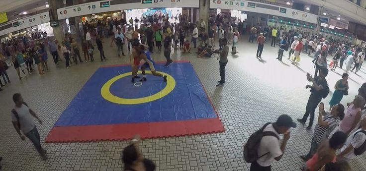 Confira a reação das pessoas ao participar de luta olímpica na Central do Brasil