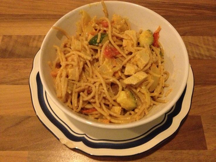Volkoren spaghetti met courgette, tomaat, champignon, ui, tofu en geitenkaas