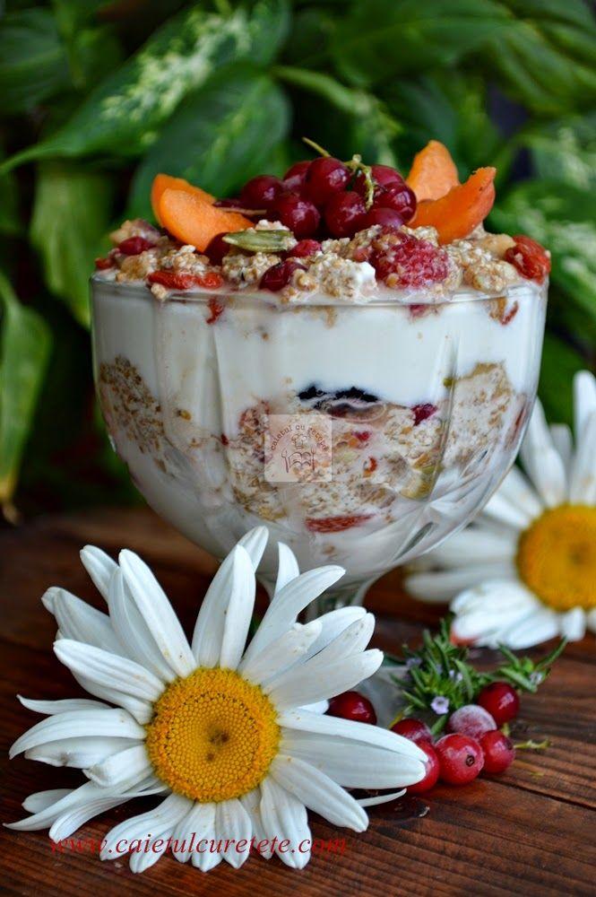 CAIETUL CU RETETE: Mic dejun  sanatos cu iaurt, grau, goji si pin