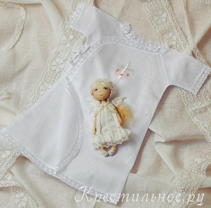 Длинная крестильная распашная рубашка для Крещения девочки с вышитым православным крестиком.   Рубашка имеет покрой типа халат-кимоно с двумя парами завязок по бокам.