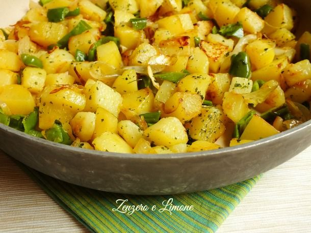Patate cipolle e peperoncini verdi si sposano alla perfezione in questo contorno appetitoso e un po' diverso dal solito. Una ricetta semplice e veloce.