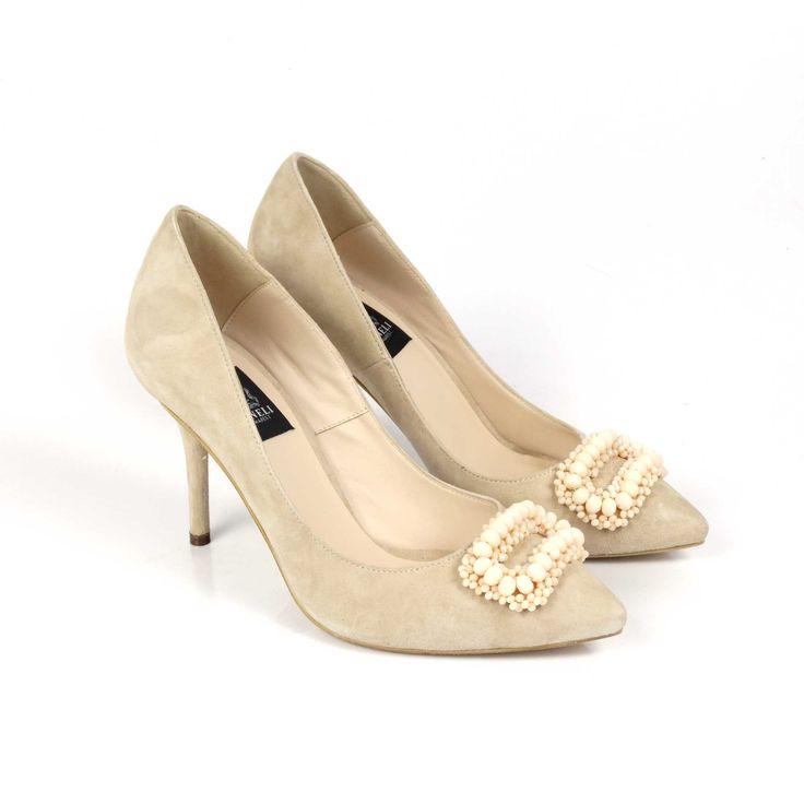 EDIȚIE LIMITATĂ. Pantofi de damă Mineli Maggie sunt realizați din piele întoarsă nude și sunt accesorizați cu o broșă glamouroasă din mărgele, fiind ideali în completarea unei ținute office pentru birou. Se pot realiza pe mai multe culori, texturi sau…