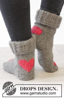 "Heart Dance - DROPS Valentine: Knitted DROPS socks with hearts in ""Nepal"". - Free pattern by DROPS Design"