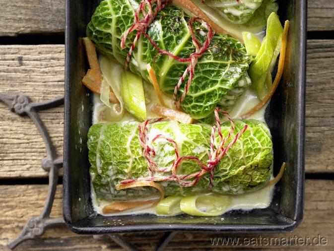 Die nussige Getreidefüllung überzeugt garantiert auch Freunde der Hackfleisch-Variante: Vegetarische Wirsingrouladen  - smarter - mit Grünkern-Walnuss-Füllung. Kalorien: 338 Kcal   Zeit: 60 min. #recipes #vegetarian