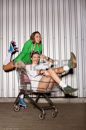 Szczęśliwe dwa niegrzeczne kobiety koszyku. na dworze Zdjęcie Seryjne - 15896165
