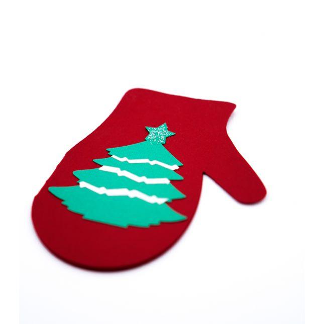 Felicitare Craciun sub forma de manusa, realizata din carton rosu cu model in forma de brad #ChristmasCard #Craciun