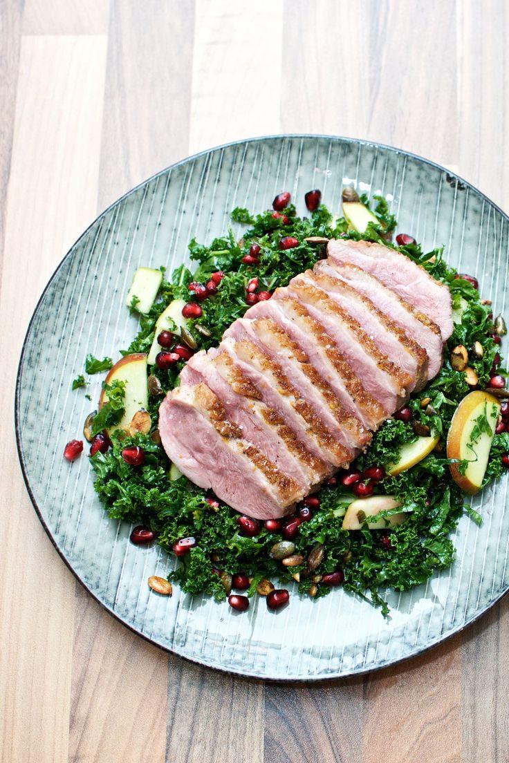 And er en skøn spise, og en salat med andebryst, grønkål, æble og granatæble er bestemt ingen undtagelse. Og så er det en dejlig nem hverdagsret.