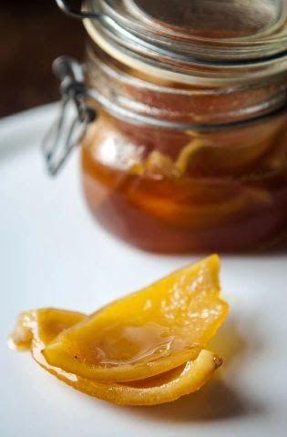Una procedura diversa dal solito per preparare le scorze candite : al miele, e in vasocottura.
