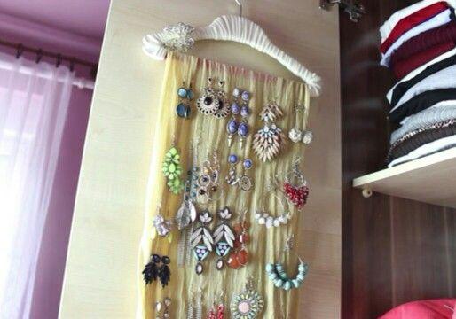 Kép: Viszkok Fruzsi • Vállfa bevonva ruhaanyaggal, azon átdobva egy sál, amire párosával vannak felakasztva a fülbevalók. :)